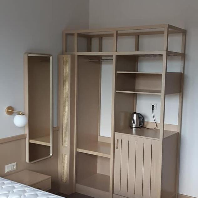 3 Ξύλινη κατασκευή με ράφια και ψυγείο δ