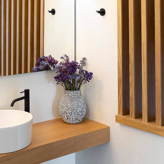4 Olympus Villas, Ξύλινο ράφι μπάνιου, β