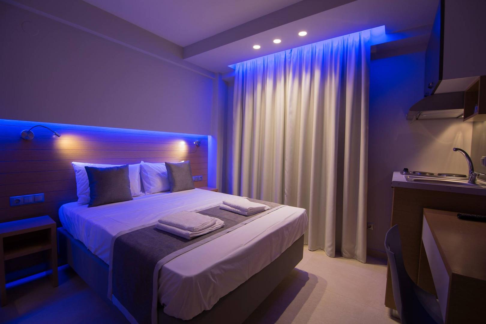 3 SKS Hotel room, ξύλινη πλάτη και ίδια