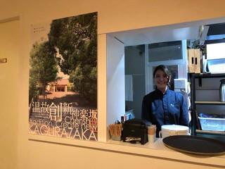 神楽坂、豚肉料理の名店「シャ豚ブリアン」に弊社制作の神楽坂ポスターが飾られています!