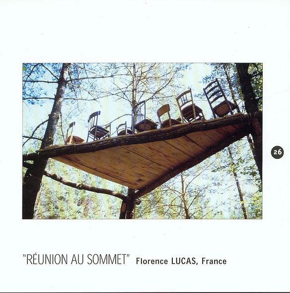 Installation de chaises sur un plateforme dans la forêt pour le Symposium du Vent des Forêts