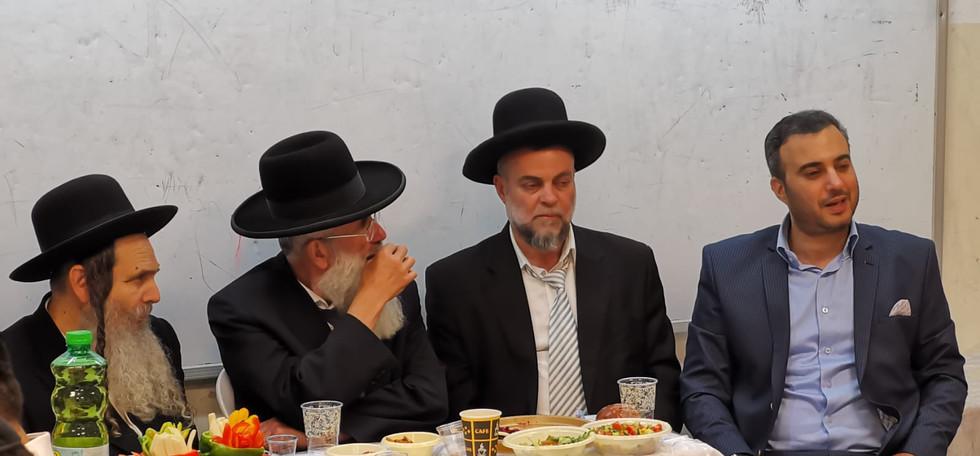 משה מרצ'לו בהרצאה בפני הרבנים החשובים הרב ארוש והרב וקסלר ואביו הרב חיים מרצ'לו