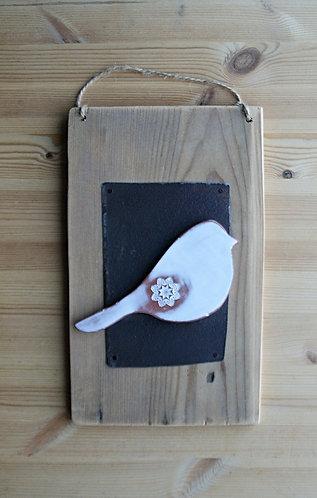 Ceramiczny ptak na desce