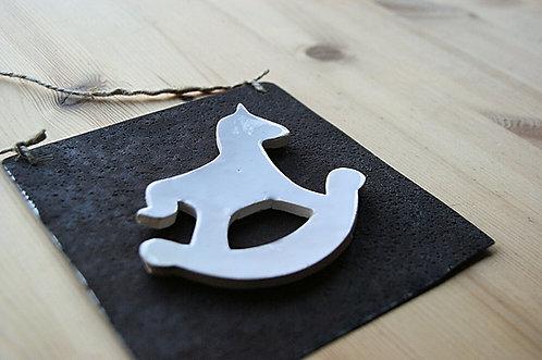 Ceramiczny konik na metalu