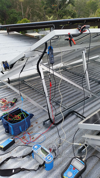Cablerite Electrical electrician testing solar panels using iv curve tracer.