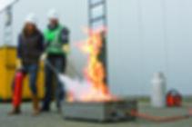släcker eld med brandsläckare