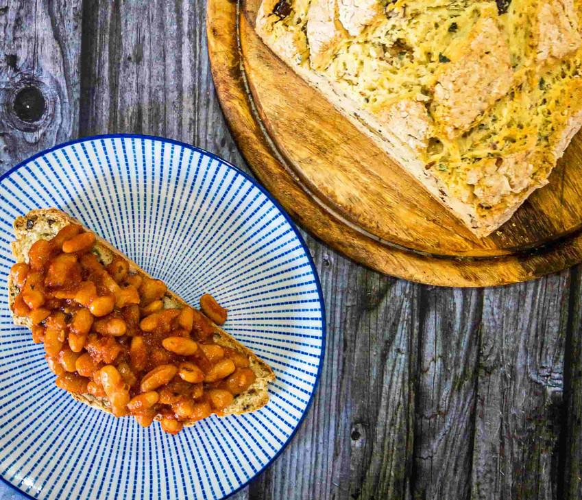 שעועית אפויה מתוקה על לחם עשבי תיבול מהיר