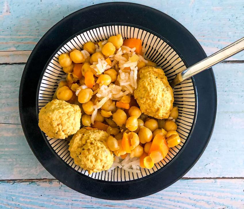 תבשיל קציצות עוף עם חומוס ופטריות