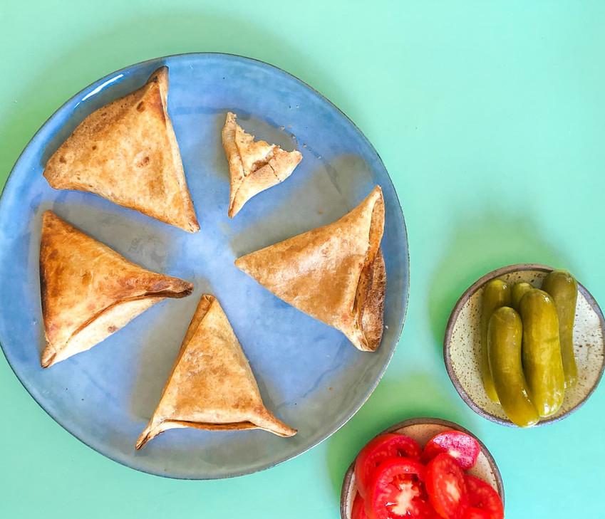 בורקסים מטורטייה במילוי גבינות וקישואים