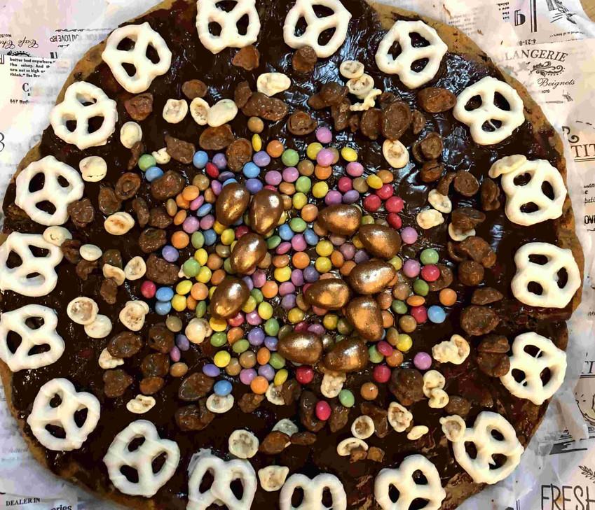 """""""עוגת פיצה"""" שוקולד צ'יפס מושחתת במיוחד"""