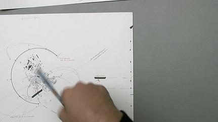 Eine Hand leicht verwischt hält einen Stift über eine Zeichnung mit Linien von Eberswald