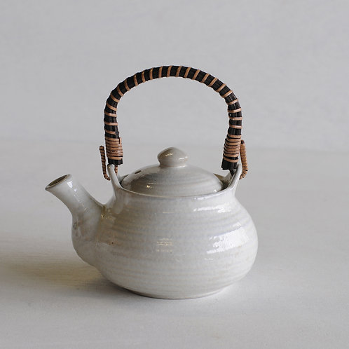 Ceramic tea pot (white/wooden handle)