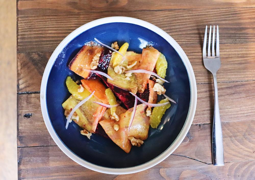 Salade de betteraves rôties, suprêmes d'orange, sauces aux abricots secs et noix