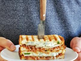 Club sandwich toasté : confit d'oignons, fourme d'Ambert & poire