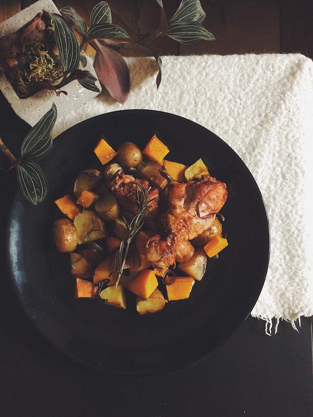 Poulet & légumes d'hiver rotis, crème aux oignons caramélisés