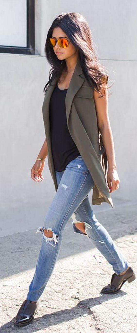 Calça jeans + regata + colete = elegância sem esforço!
