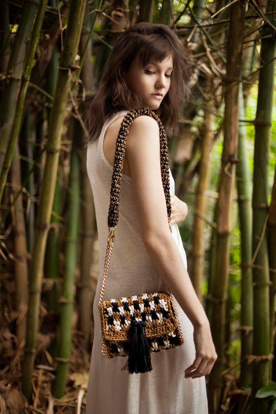 A Catarina Mina é uma marca que preza pela produção e consumo conscientes. Abre os custos de todos os seus produtos e mostra quanto cada artesão ganhou em cada etapa do processo de produção de suas bolsas :-)