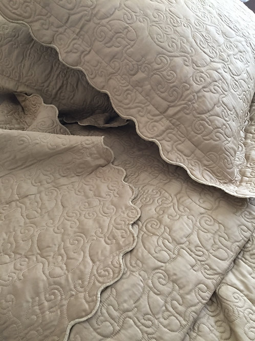 Set/5 Yves Delorme Triomphe Quilted Queen Coverlet and Shams