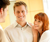 Casal conversando com consultor