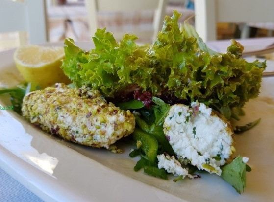 Green Salad with cheese quenelles with pistachio crust