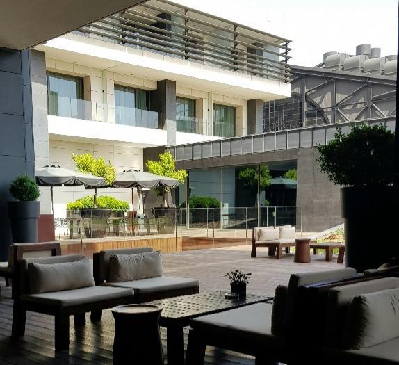 The Met Hotel - courtyard