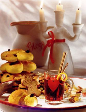 Mulled Wine with gingerbread cookies, nuts & saffron buns