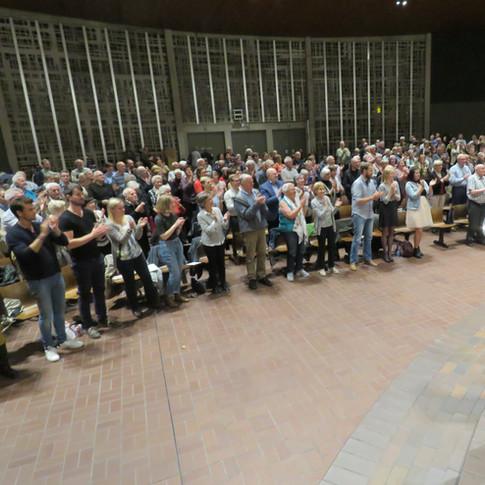 Het Saxofoonorkest - staande ovatie.jpg