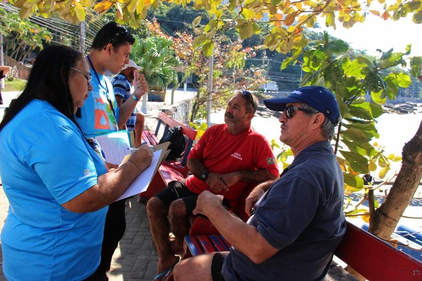 Na foto, liderança comunitária do Grupo Ciclos Contínuos (do segmento da pesca), Maria Djanira dialoga com pescadores do Píer da Figueira, em São Sebastião/SP
