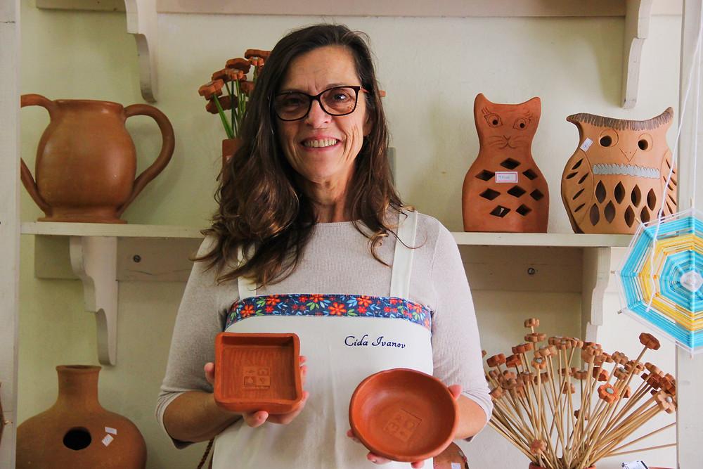 Cida Ivanov prepara peças de barro especialmente para o Festival Tecendo as Águas, incentivando o consumo sustentável
