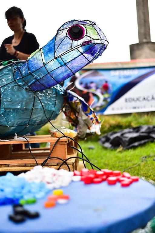3 kg de resíduos coletados foram aproveitados pelo Supereco na confecção de uma obra de arte em formato de tartaruga marinha (Créditos: Gianni D'Angelo)