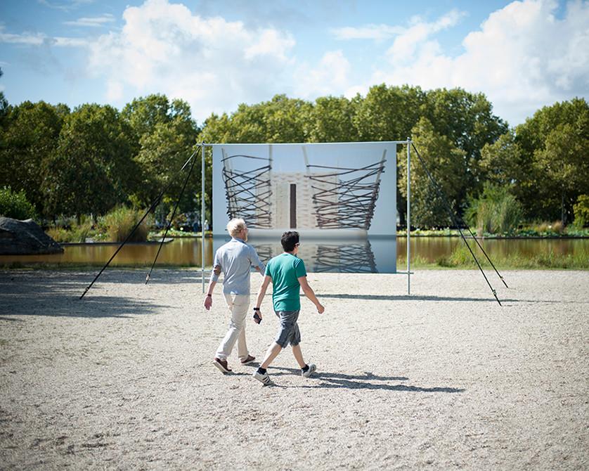 Dans le cadre de la Biennale Agora 2017 à Bordeaux, Olivier Panier des Touches expose une photographie du NUN, Nid Urbain Nomade, au Jardin Botanique de Bordeaux, esplanade Linné, à découvrir jusqu'au 24 septembre.