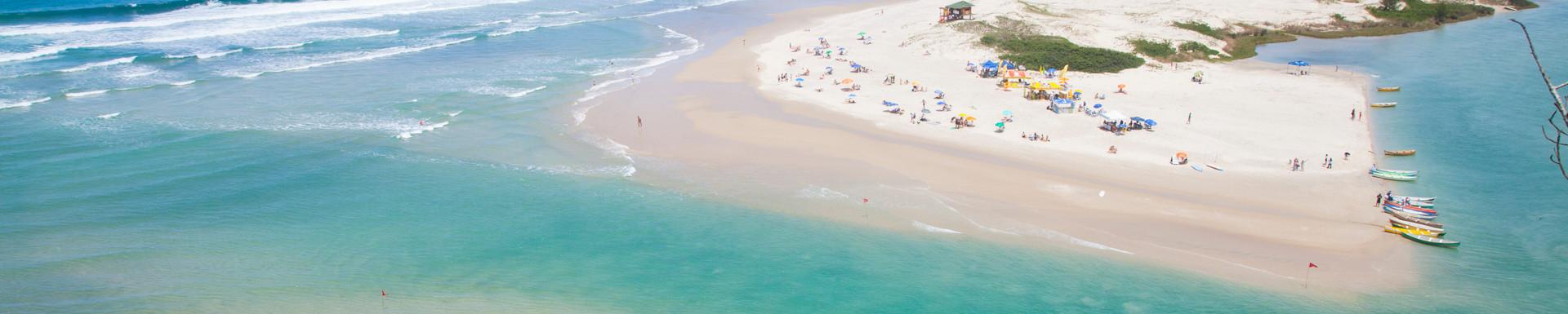 A praia da Guarda do Embaú apresenta paisagens privilegiadas e únicas, graças ao encontro do Rio da Madre com o mar. Foto: Plínio Bordin