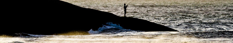 Muitos pescadores preferem a pesca com vara ou caniço, a partir das pedras do Costão. Foto: William Zimmermann  .