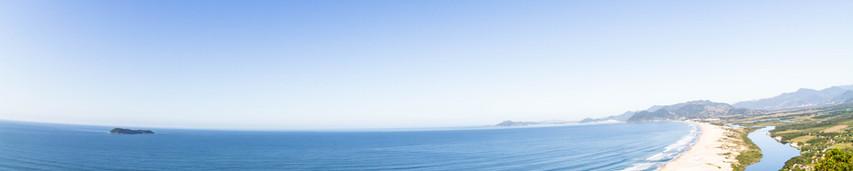 A vista que a Pedra do Urubu tem é especial e de tirar o fôlego, olhando lá de cima se tem uma vista panorâmica da Praia da Guarda do Embaú e praias que estão ao lado. Foto: William Zimmerman