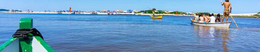 Para chegar à praia da Guarda do Embaú é necessario atravessar o Rio da Madre através de barquinhos artesanais feitos pelos locais. A travessia é realizada somente pelos nativos,  que atendem os turistas o ano todo. Foto: Jackson Henrique  .