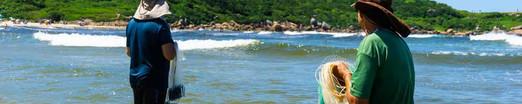 Além do cerco, os pescadores locais utilizam as tarrafas, muitas vezes confeccionadas por eles mesmos, para pesca de diversos peixes além da tainha, como parati, tanhota, pampo, anchova e robalo. Foto: Jackson Henrique  .