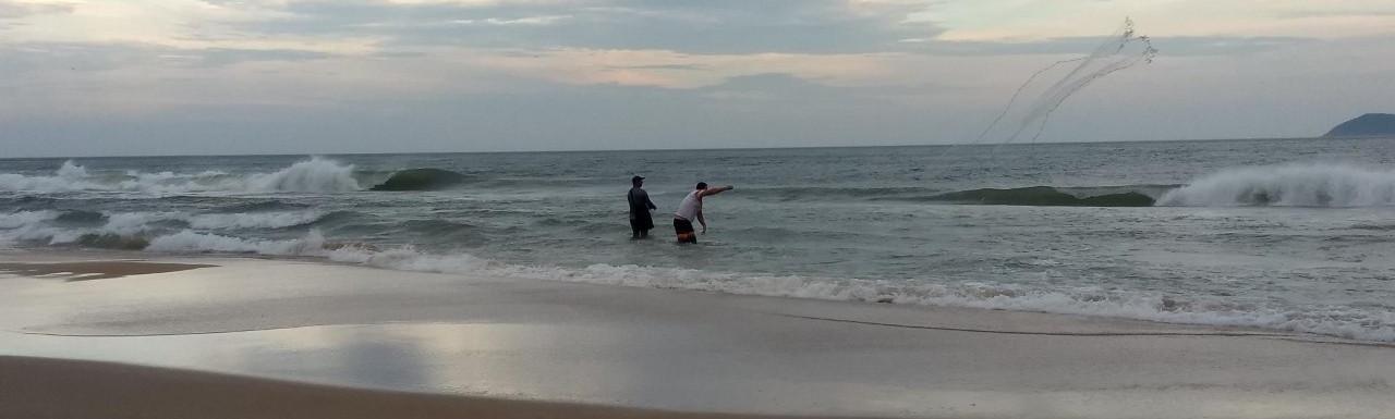 Final de tarde com os pescadores pescando de tarrafa na praia da Guarda do Embaú. Foto: Acervo da Pousada  .