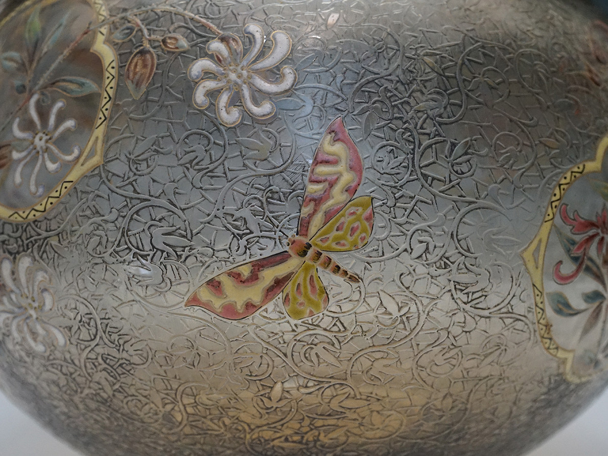 ガレ 蝶と草花文花瓶(21.5)部分1HP.jpg