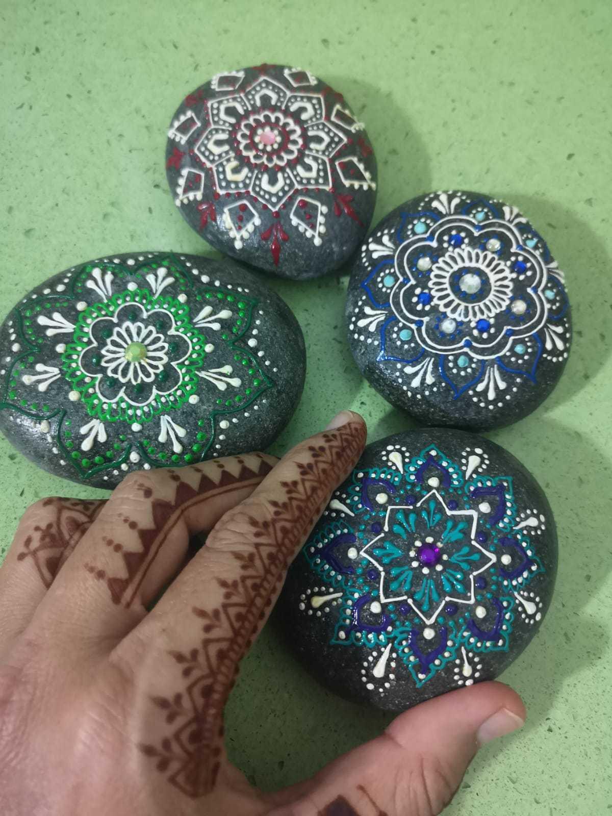 Taller piedras pintadas técnica Mehndi