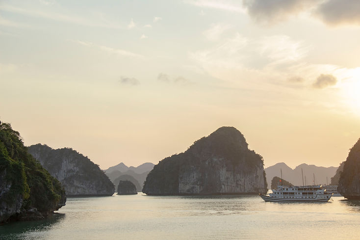 vietnam ha long bay 2.jpg