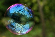 reflets-sur-une-bulle-de-savon-52bf495b.