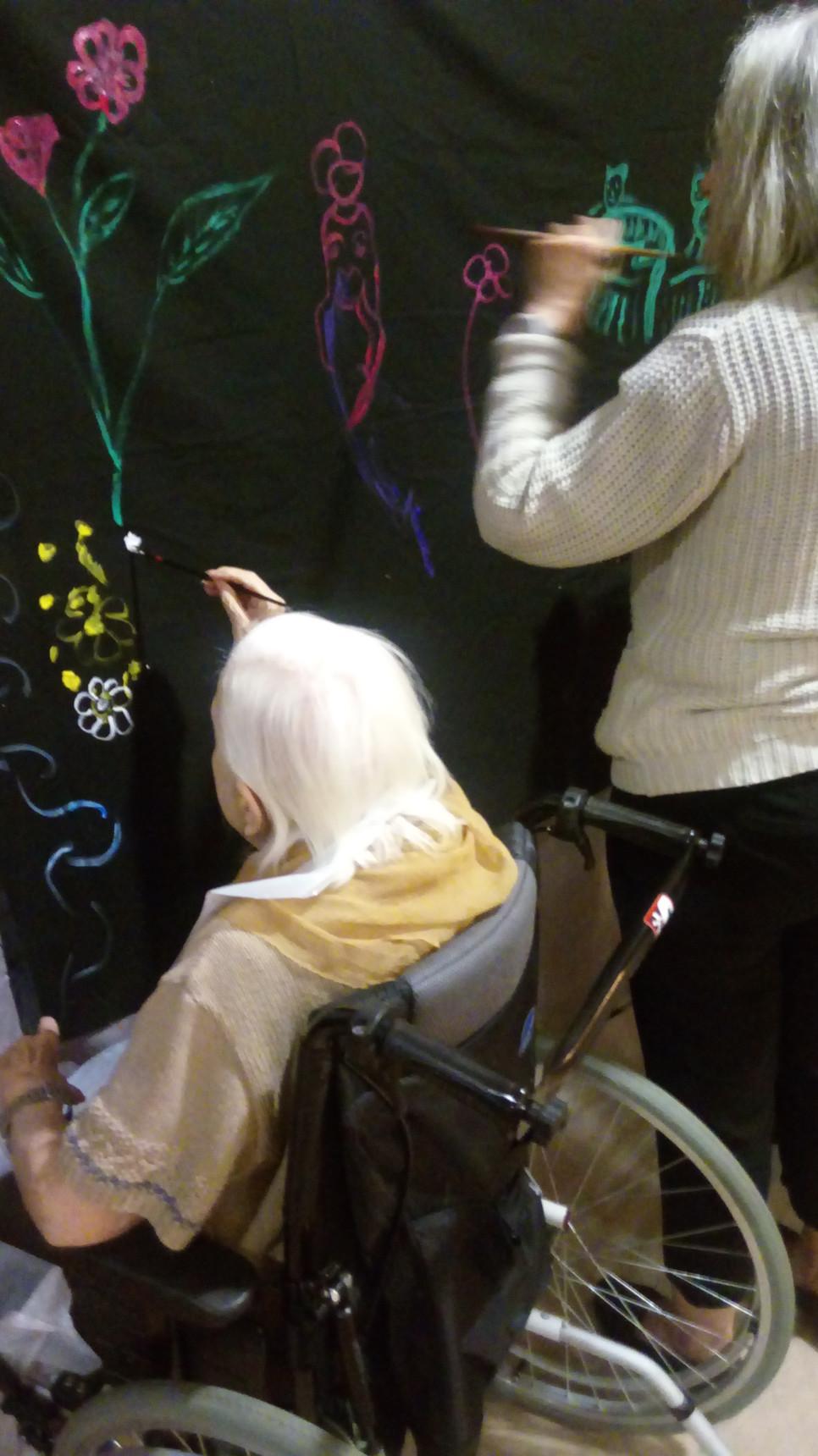 Fusion des contes et de la peinture collective dans la maison de retraite Sainte Monique