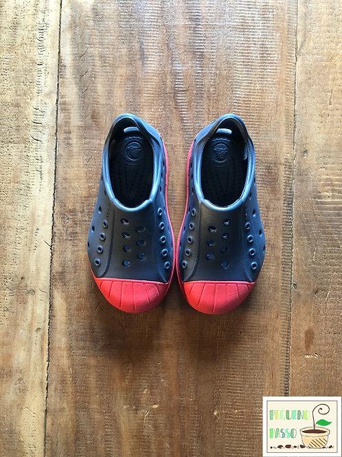 Tênis em plastico azul e vermelho - Crocs