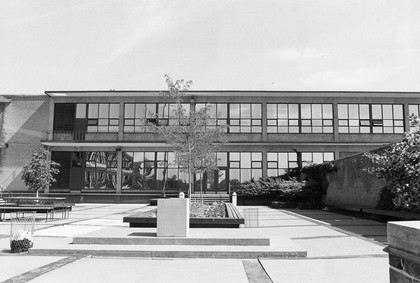 Lakeshore Teachers' College main entrance and courtyard in the 1970s.   Source: Humber Libraries' Archive, Photo 6782-013. Retrieved from library.humber.ca/collections/archive.