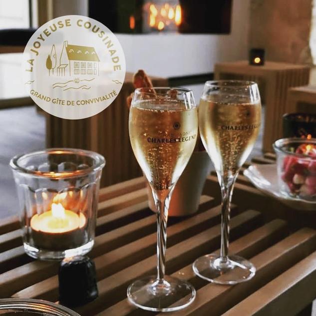 Tranquillement au coin du feu... Une petite coupe de Champagne Charles Legend