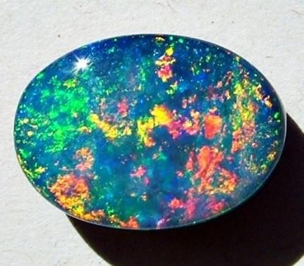 حجر الأوبال بألوانه المميزة