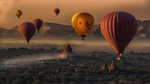 Myanmar / Balloons over Bagan