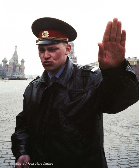 Russian_guard_on_Red_Square_-_photo_©_Jean-Marc_Carisse_1990s_