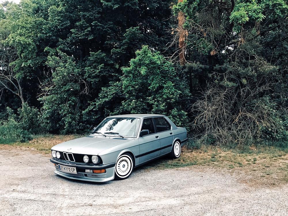 Ein alter BMW steht verlassen auf einem Parkplatz im Waldviertel