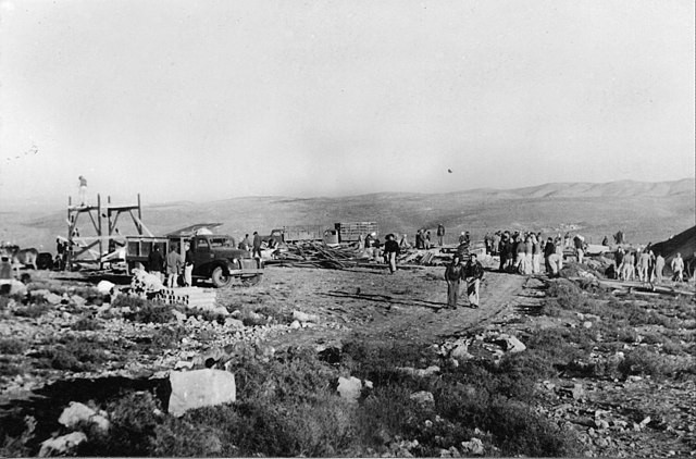 A Palmah platoon standing around in the desert